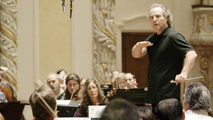 Manfred Honeck gives instruction to the Pittsburgh Symphony during rehearsal.