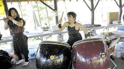 Takumi Kato plays a Japanese flute, and Rio Shiobara plays Japanese drums at the end of the planting. Both are from Japan.