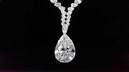 At Elizabeth Taylor's request, the diamond given to her by Richard Burton, initially mounted as a ring, was to become the pendant of a necklace created by Cartier.