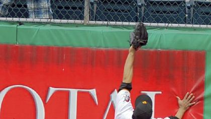 Pirates right outfielder Delwyn Young can only look as a fan catches the home run hit by the Mets first baseman Fernando Tatis in the sixth inning yesterday.
