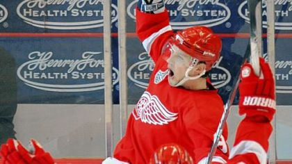 For the second game in a row, rookie Justin Abdelkader put the icing on the cake for the Red Wings, giving them a 3-1 lead in the third period.