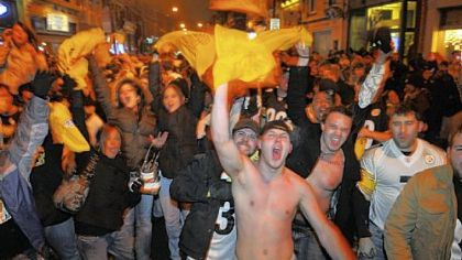Fans fill the 1500 block of East Carson Street on the South Side last night after the Steelers defeated the Baltimore Ravens to go to the Super Bowl.