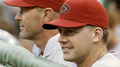 Diamondbacks manager A.J. Hinch, right, stands in the dugout with bench coach Kirk Gibson during last night&#039;s game.