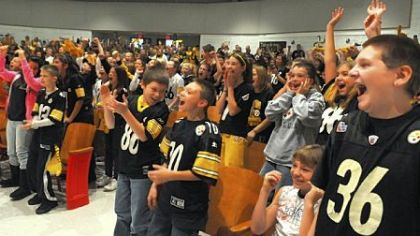 Students cheering for Steelers' receiver Hines Ward.