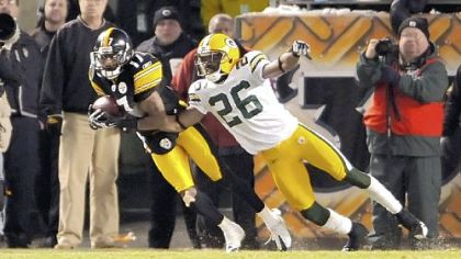 Steelers Mike Wallace pulls in the winning touchdown pass as he&#039;s defended by Packers Josh Bell.