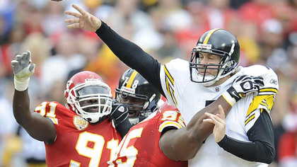 Pittsburgh Steelers quarterback Ben Roethlisberger is pressured by Chiefs defensive linemen Ron Edwards and Tamba Hali.