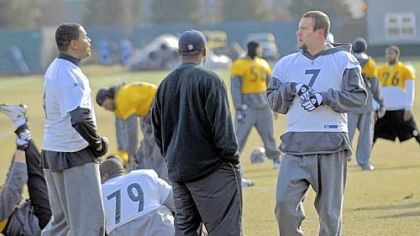 Steelers quarterback Ben Rothlisberger (right) talks with backup Byron Leftwich (left) and head coach Mike Tomlin (center) as the team limbers up for practice at their South Side facility yesterday.